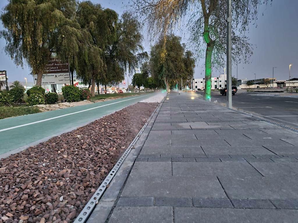 """بلدية الظفرة تنجز ممشى مبرد بـ """"الرذاذ"""" في مدينة زايد"""