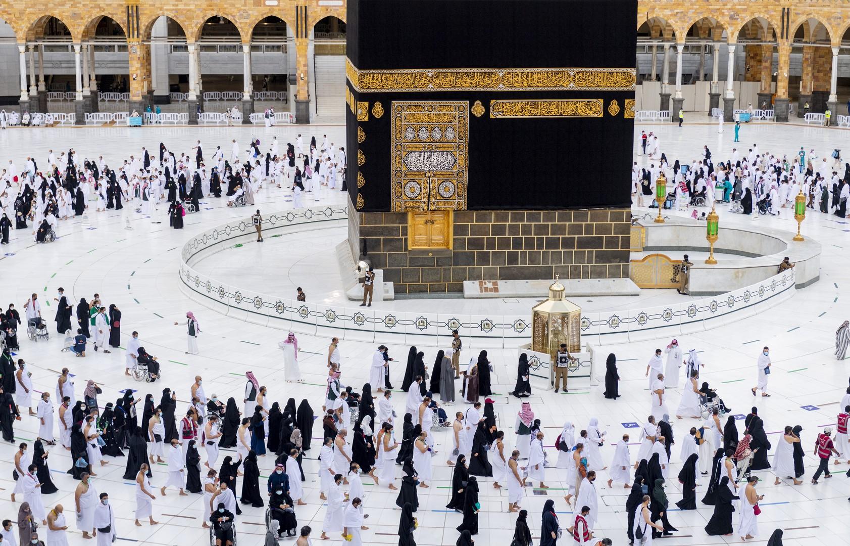 بيت الله الحرام يؤدون طواف الإفاضة وسط إجراءات احترازية مكثفة (large) (3)