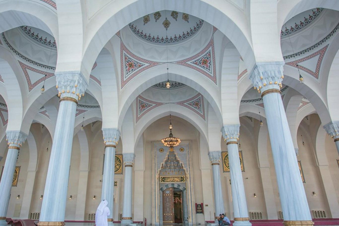 مسجد الشارقة .. تحفة معمارية ومنارة إسلامية