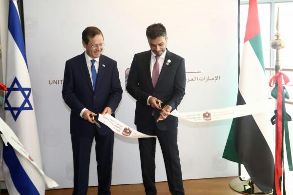 سفير الإمارات في إسرائيل يفتتح سفارة الدولة في تل أبيب رسميا
