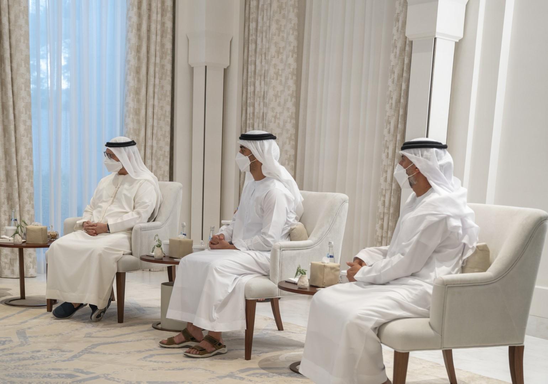 محمد بن زايد يتسلم دعوة رئيس وزراء العراق للمشاركة في قمة دول الجوار