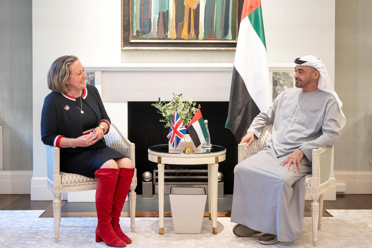محمد بن زايد يلتقي وزيرة التجارة الدولية ورئيس مؤتمر الأطراف الـ 26 في بريطانيا