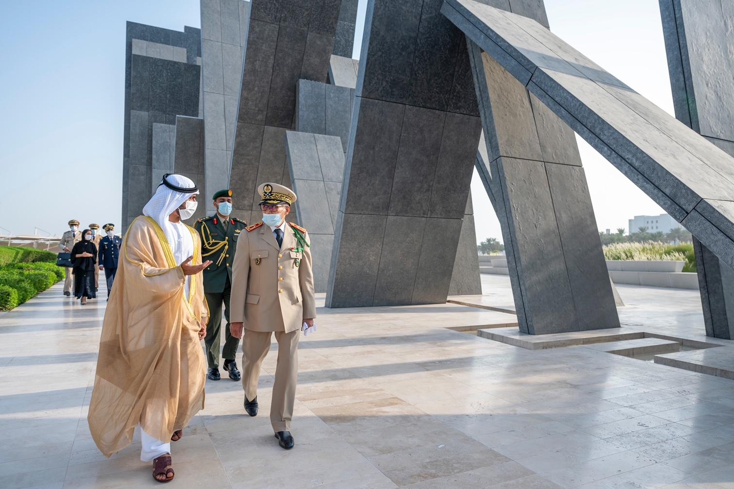 خليفة بن طحنون يستقبل المفتش العام للجيش المغربي في واحة الكرامة