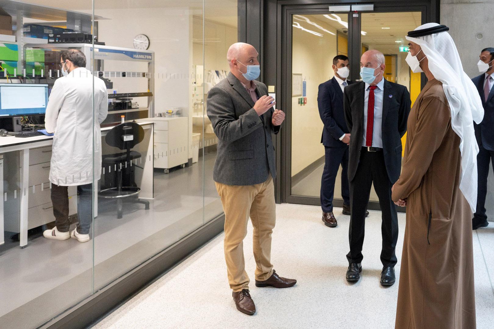 بن زايد يزور مركز زايد لأبحاث الأمراض النادرة لدى الأطفال في لندن. (large) (2)