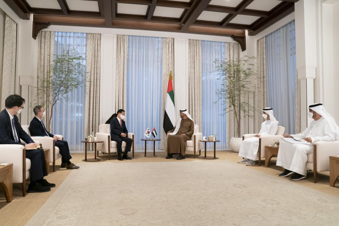 محمد بن زايد يستقبل وزير الخارجية الكوري