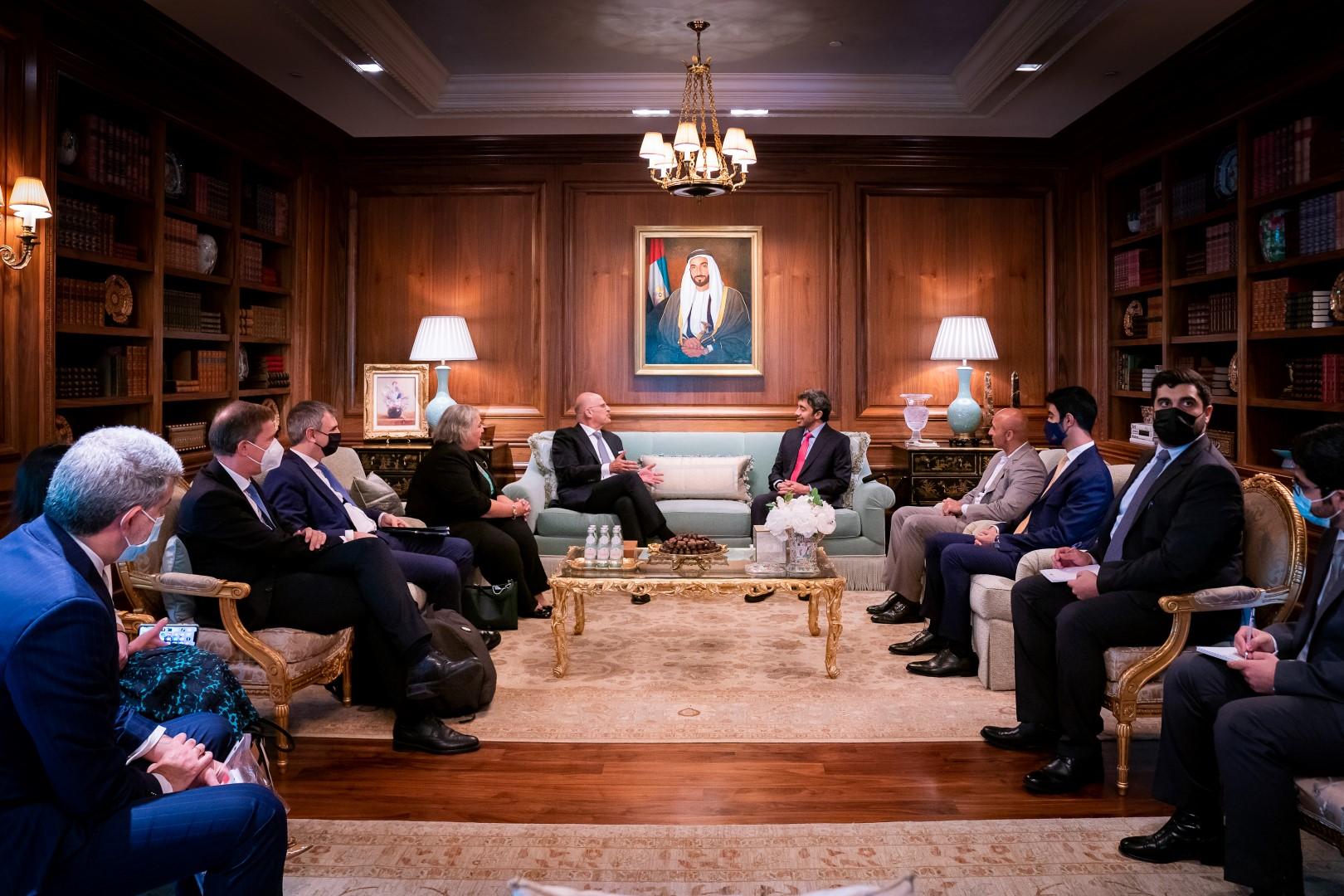 عبدالله بن زايد يلتقي وزير خارجية اليونان في واشنطن